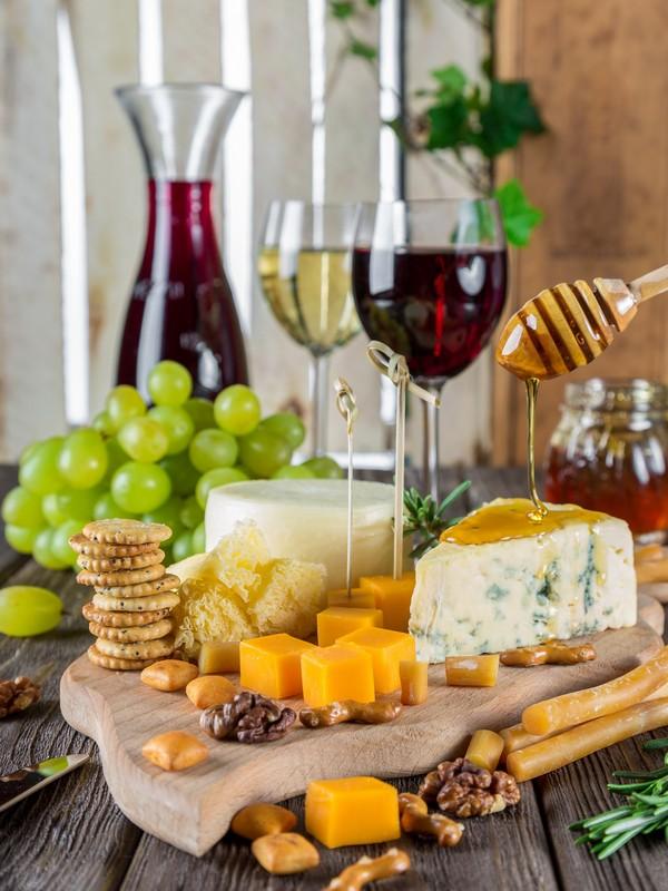 πιατέλα με τυριά, μέλι, φρούτα και κρασί