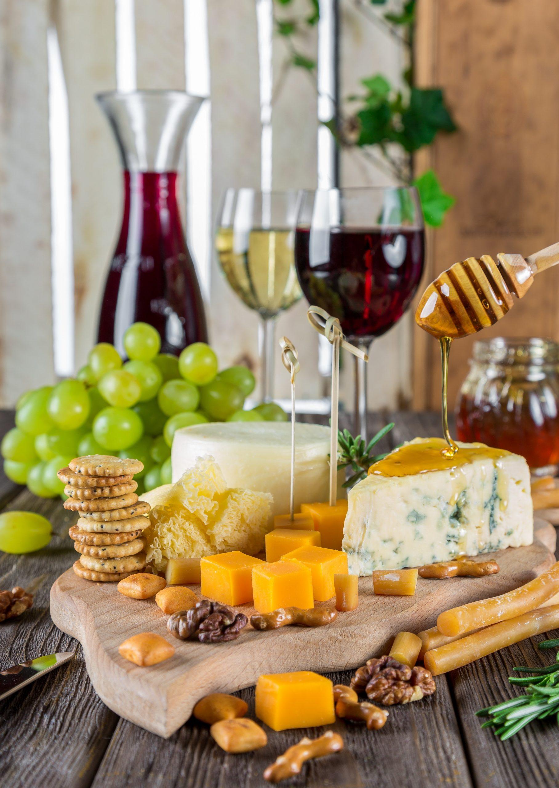 Πιατέα τυριών με κράκερ, σταφύλια, μέλι και κρασί