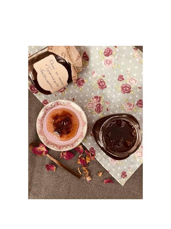 Χειροποίητο Γλυκό του Κουταλιού Τριαντάφυλλο σερβιρισμένο σε πιατάκι, δίπλα σε ανοιχτό βάζο