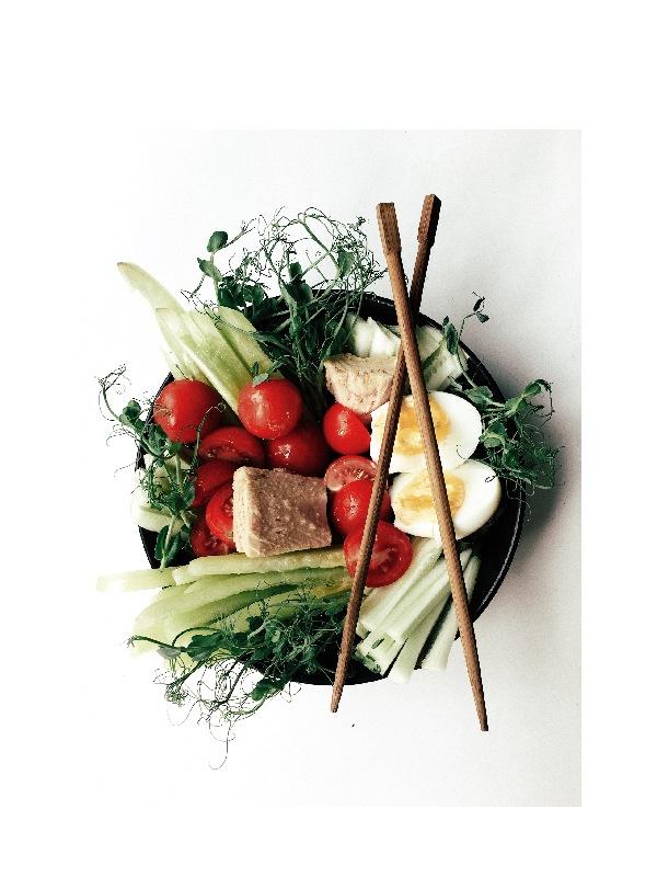 Μπολ σαλάτας με λαχανικά και chopstiks