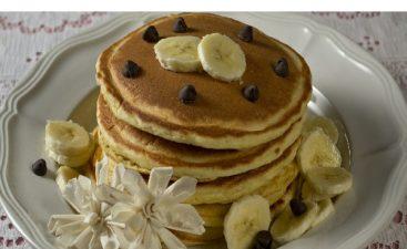 pancakes μπανάνας σε γκρι πιάτο