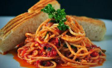 πιάτο με μακαρόνια, σάλτσα και ψωμί
