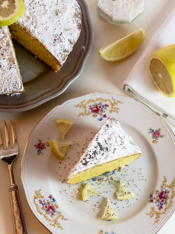 κέικ με λεμόνι και παπαρουνόσπορο σερβιρισμένο σε πιάτο