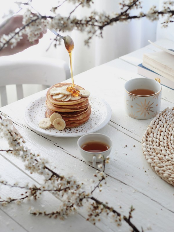 pancakes με μπανάνα σε λευκό-μπεζ τραπέζι