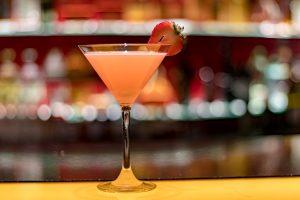 ποτήρι martini σε μπαρ
