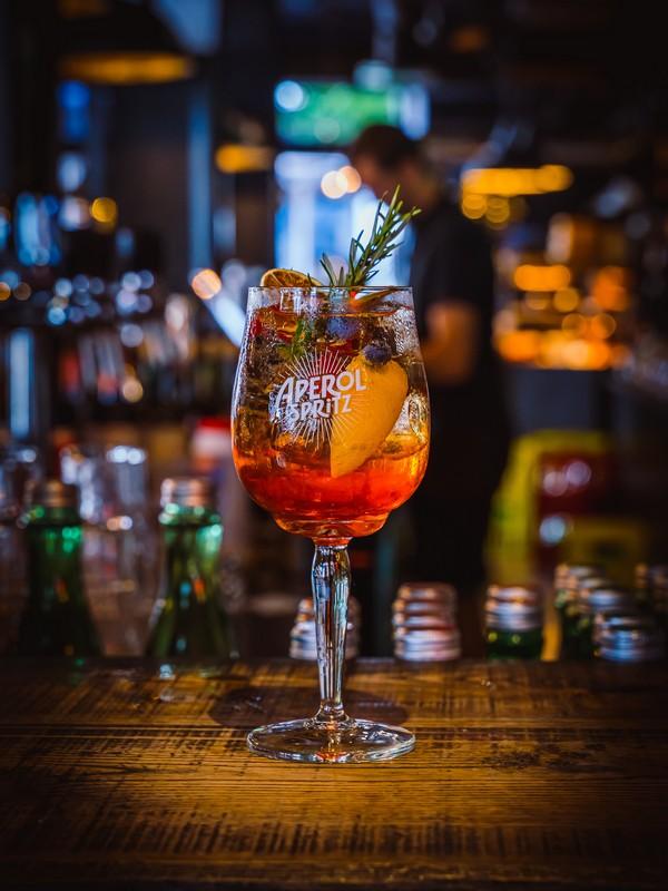 aperol spritz σε ποτήρι κρασιού σε μπαρ