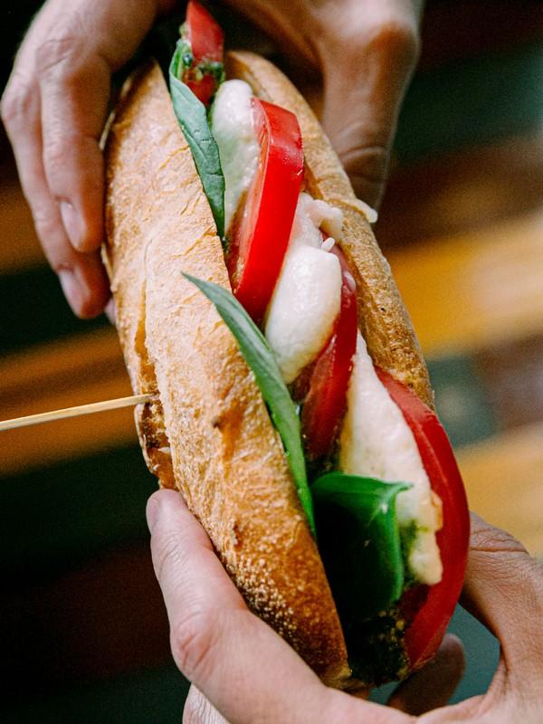 σάντουιτς καπρέζε με μοτσαρέλα