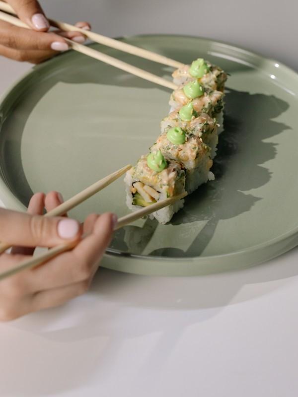πιάτο με σούσι και τσόπστικς