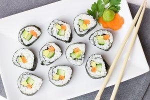 πιατέλα με σούσι και τσόπστικς