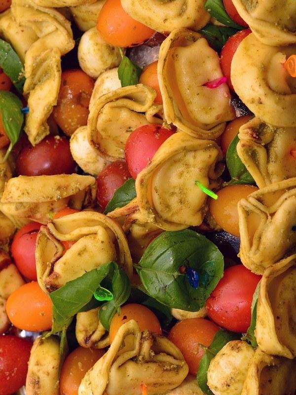 τορτελλίνι με πολύχρωμα ντοματίνια και μοτσαρέλα