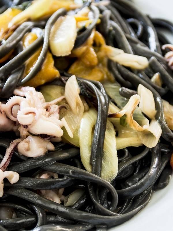 Λινγκουίνι με Μελάνι Σουπιάς, Καλαμαράκια και Μάνγκο σε πιάτο