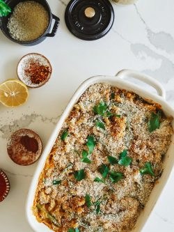 Extra τυρένιο vegan casserole με τόνο σε λευκό ταψί