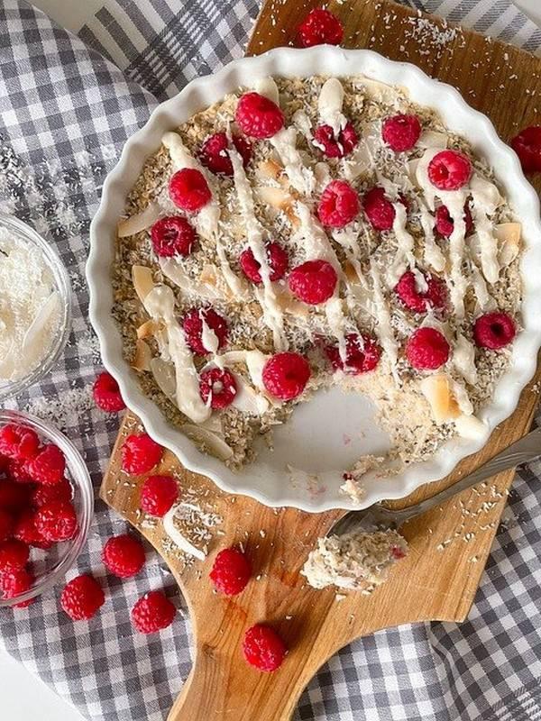 Εύκολο Porridge στο Φούρνο με Καρύδα και Βατόμουρα πάνω σε ξύλινη βάση κοπής