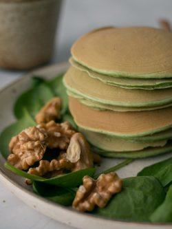 vegan pancakes σπανάκι σε πιάτο με καρύδια.